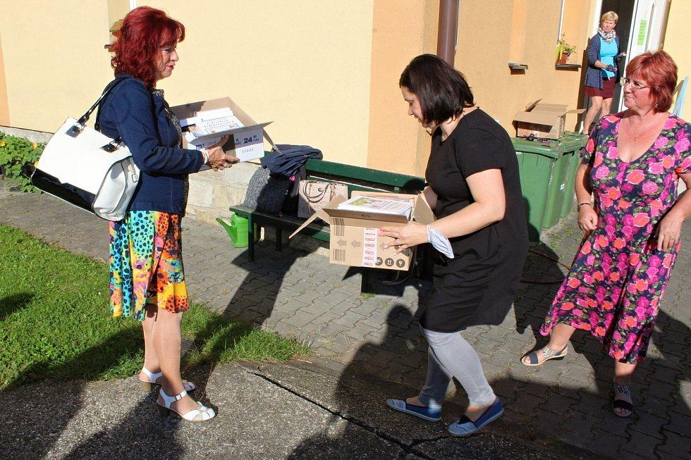 Dvě krabice učebních pomůcek a stovky roušek předaly zástupkyně ZŠ Lubina a ZŠ Závišice učitelce Nadi Sviderkové pro chorvatské děti.