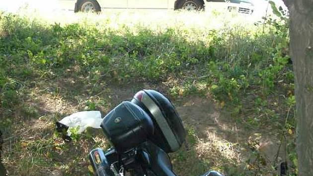 Při této nehodě motorkáře, která se stala v neděli dopoledne nedaleko Lichnova, se vážně zranila mladá dívka.