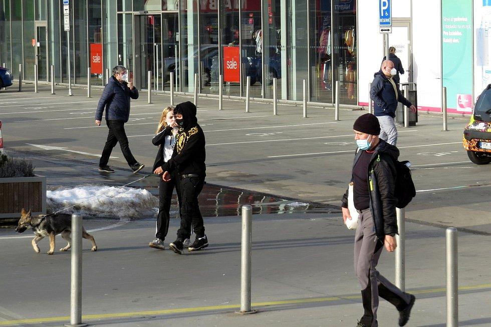 Většina lidí v Novém Jičíně vařízení o povinnosti používat respirátor v obchodech, na zastávkách a jiných místech ve čtvrtek odpoledne dodržovala. 25. února 2025.