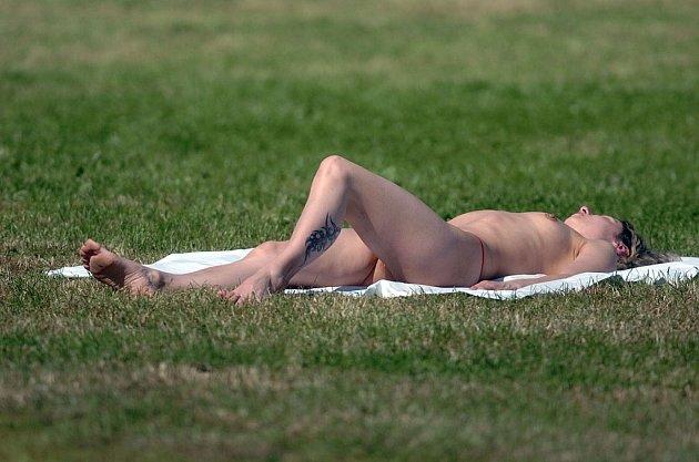 Koupání v létě patří k prázdninovým samozřejmostem. Některé dámy volí chytat sluneční paprsky bez vrchního dílu plavek, někteří provozovatelé koupališť poté zasahují.