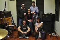 Šárka Hyklová (uprostřed) je frontmankou kapely P. J. Harvey Tribute Band.