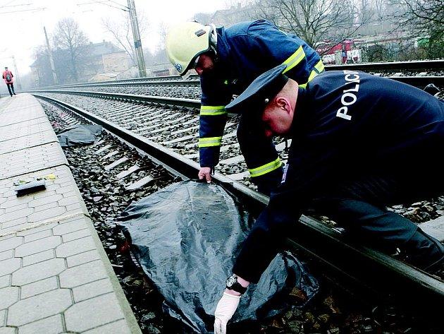 Skokem pod vlak končí život řady sebevrahů. Ilustrační foto.