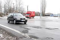 Mnoho poničených silnic v Novém Jičíně, jako například tato na Suvorovově ulici, nepatří městu, ale kraji.