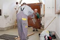 Během srpna a září probíhaly na bíloveckém kostele svatého Mikuláše opravy tří vstupních dveří.