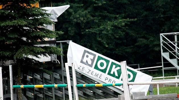 Ze země pro Zemi. Reklamní bannery OKD v areálu frenštátského jezdeckého oddílu jsou pro město ranou pod pás.