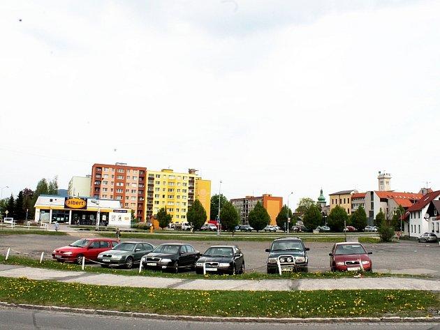 Prakticky v centru Frenštátu pod Radhoštěm leží pozemky (větší část plochy na snímku), které kdysi od města koupili bratři Zahradníkovi.