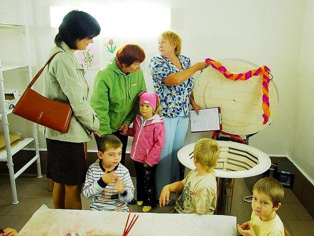 Více než dvě stovky dětí budou moct využívat keramickou pec, kterou se může pochlubit od začátku října Mateřská škola Sady na ulici Revoluční v Novém Jičíně.