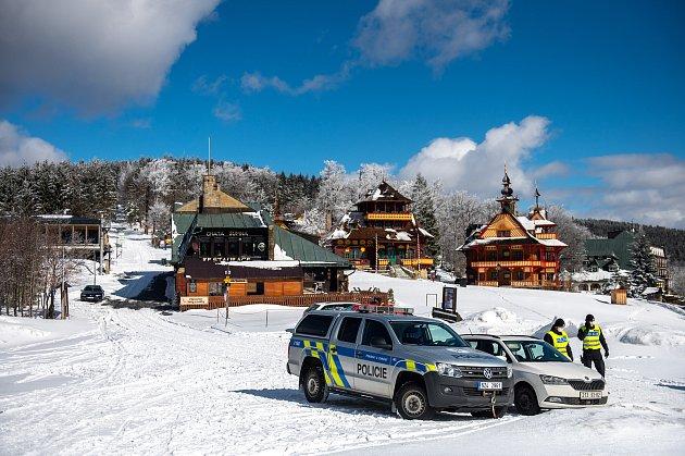Policie ČR a vojáci začali nařízením vlády ČR kontrolovat, jestli lidé dodržují nová protiepidemická opatření omezující volný pohyb mezi okresy. 6.března 2021na Pustevnách.