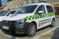 Nové auto má bílovecká městská policie po sedmi letech. Původní vůz, který již policii nevyhovoval, strážníci přenechali tamním sociálním službám.