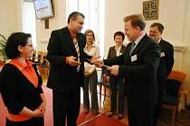 Cenu za první místo v soutěži O lidech s lidmi přebral starosta města Kopřivnice Josef Jalůvka  (vpravo).