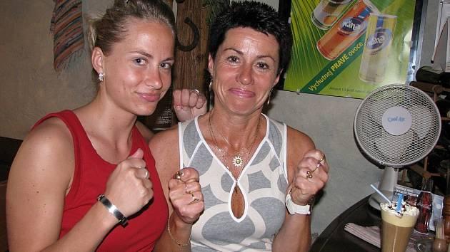 Češi, do toho! Palce včera držela maminka Tomáše Fleischmanna Dagmar nejen synovi, ale celé české reprezentaci. Zápas se Švédy sledovala i s dcerou Monikou.