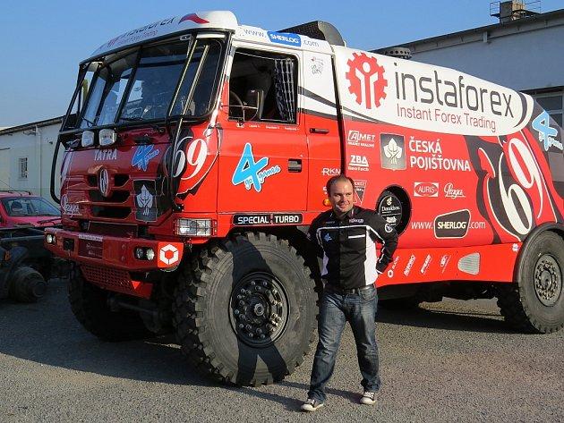 Aleš Loprais se chystá na svůj další závod Rallye Dakar.  Ve středu 21. listopadu proto za přítomnosti médií a nejužšího týmu spolupracovníků posílá veškerou závodní techniku do Francie.