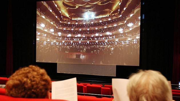 Před rokem přišli pracovníci kopřivnického kina s nápadem promítat přenosy z Metropolitní opery. Jak se zdá, neobvyklý nápad se ujal a opera se v Kopřivnici nastálo zabydlela.