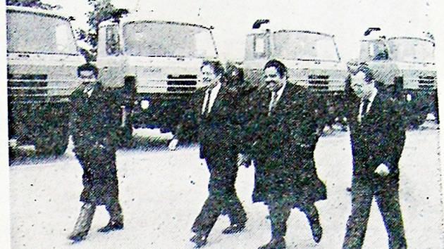 Ve středu 11. října 1989 přiletěla do Československa oficiální delegace ze Saúdské Arábie, ktreou vedl Exc. Hassan M. Enary. Její první zastávka patřila podniku Tatra Kopřivnice.