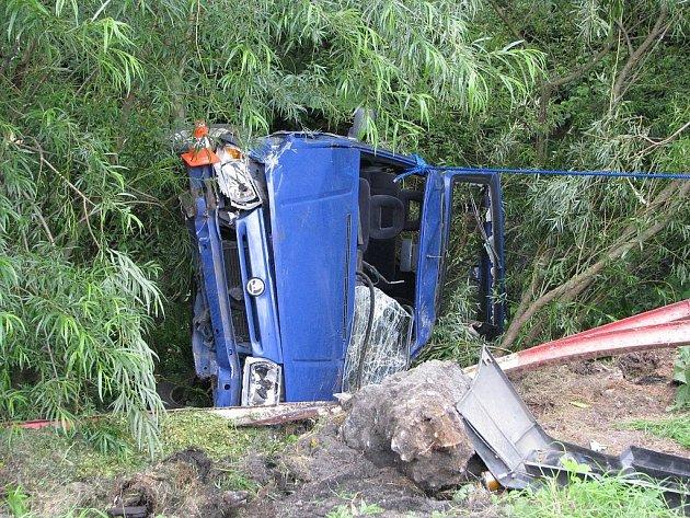 V potoce skončilo auto, se kterým v pátek 13. června v Lichnově havaroval dvaapadesátiletý šofér. Ten zemřel krátce po nehodě.