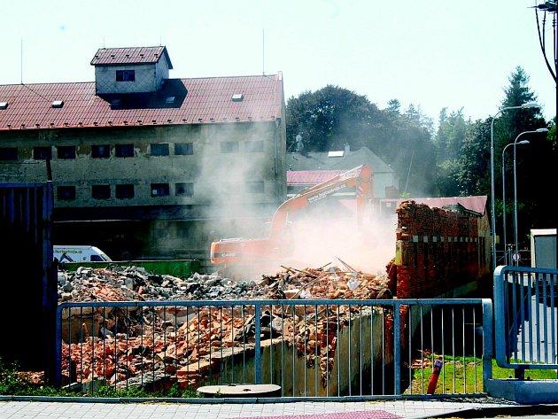 Před demolicí je objekt společnosti Zemědělské zásobování a nákup Nový Jičín.
