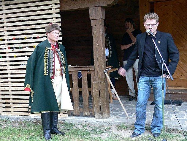 Kamil Mrva, stojící vpravo, je autorem projektu nového obecního úřadu.