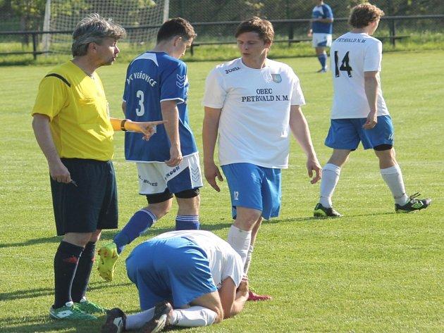 Fotbalisté Petřvaldu na Moravě (v bílém) se o čtvrtou výhru za sebou pokusí v neděli v Šilheřovicích.