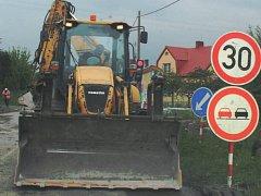 V Mniší se již nějakou dobu kope a opravuje. Současná výstavba chodníku se zkomplikovala.