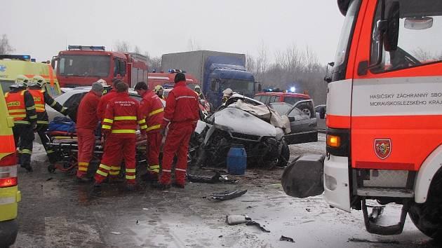 Dva lidské životy si vyžádala srážka dvou osobních vozidel Renault Koleo, Citroen Xantia a cisterný Scania na silnici I/48 u Dubu, místní části Starého Jičína, která se stala 22. února.