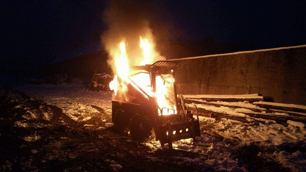 Požár, ktreý vznikl v motorové části, značně poničil kolový nakladač ve Starém Jičíně-Palačově.
