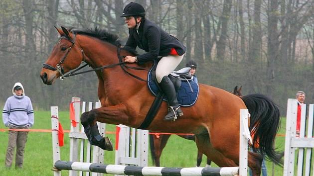 Nedělní nejvyšší soutěž vyhrála Radmila Holušová na koni Nairob z SK Starý mlýn Opava-Kylešovice.