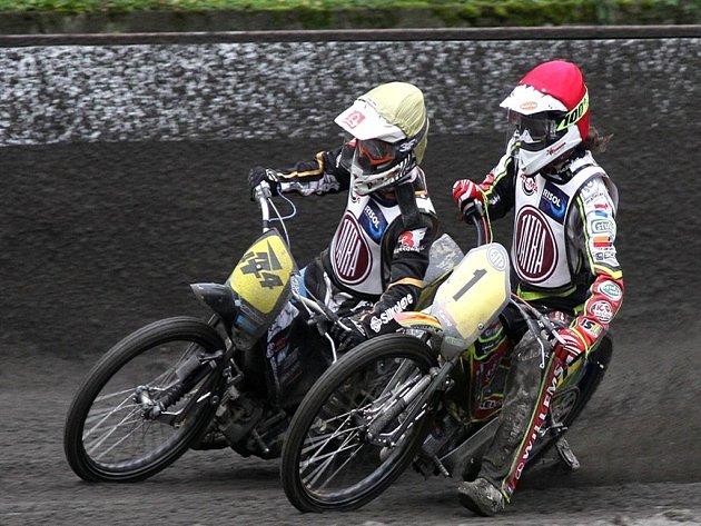 JOSEF FRANC z pražské Markéty (vlevo) se letos v Kopřivnicí napotřetí dočkal vítězství. Vedle něj je pak v jedné z nedělních jízd Nizozemec Sjoerd Rozenberg, jenž skončil celkově pátý.