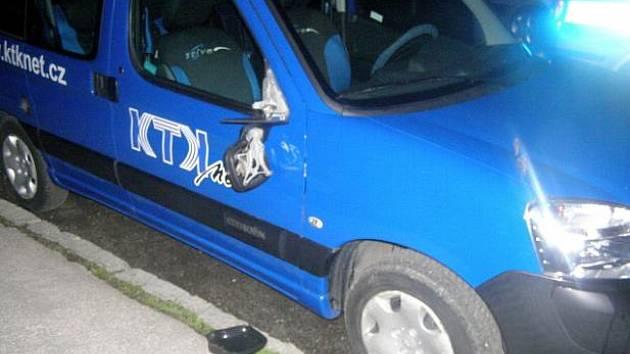 Řádění vandalů neuniklo například ani vozidlo kopřivnické kabelové televize.
