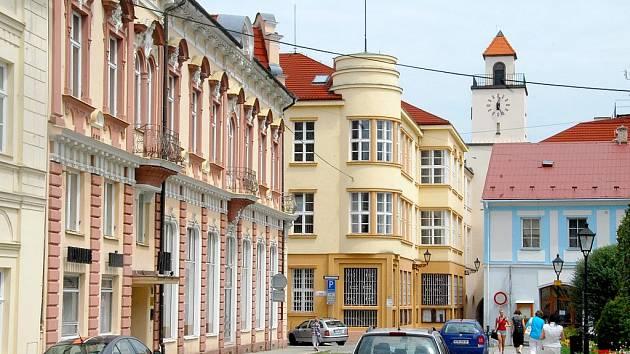 Hotel Praha (budova vlevo) patří městu Nový Jičín.