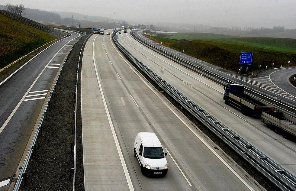 V Příboře byl ve čtvrtek 24. listopadu otevřen pro řidiče nový obchvat kolem města za více než jednu miliardu korun. Z centra města má odvést deset tisíc vozidel, které tudy denně projíždějí.