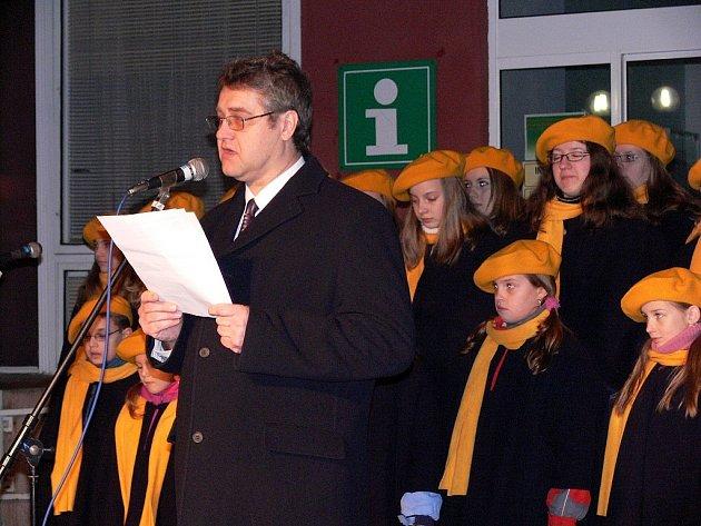 Starosta Studénky Ladislav Honusek zahajuje oslavy padesátého výročí vzniku města Studénky.