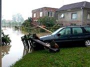 Apokalypsa, tak by se dala nazvat situace, která nastala ve čtvrtek ráno v Jeseníku nad Odrou po ničivé zápavě. V sedm hodin ráno se hovořilo v obci o třech obětích.