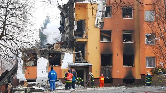 Záchranné práce a situace na místě po výbuchu v panelovém domě ve Frenštátě pod Radhoštěm, 17. února 2013.