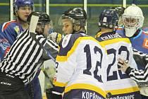 Hokejisté Kopřivnice (v bílém) nevyužili dobrého vstupu do utkání a Orlové přenechali, stejně jako v 1. kole letošní sezony, všechny body.
