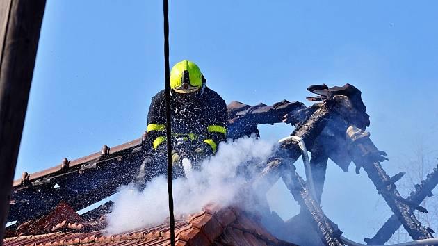 Rozsáhlý požár domu ve Studénce napáchal dvoumilionovou škodu.