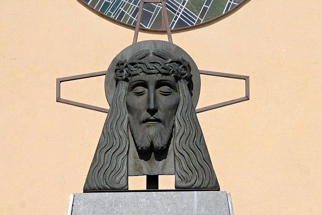 Hlava Krista na obřadní síni frenštátského hřbitova.