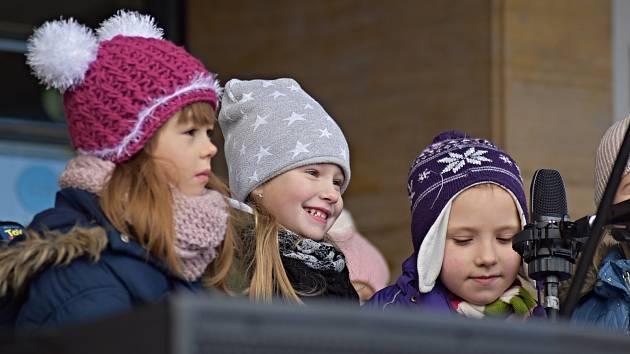 Vánoční trhy v Příboře obohatil doprovodný program v podobě vystoupení skupiny Devětsil a dětí z místních školek a školy.