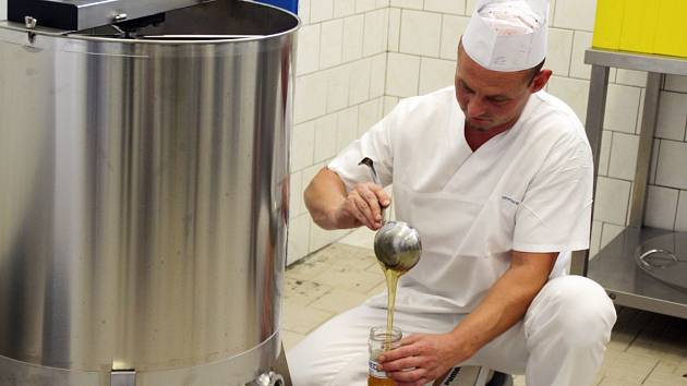 Tomáš Staněk při práci u včelích úlu v areálu novojičínské nemocnice.