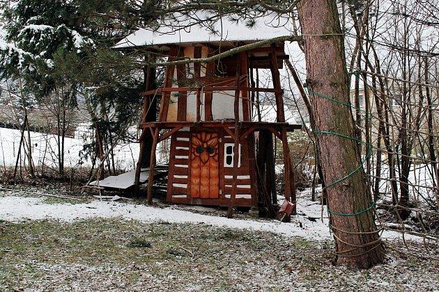 Pavel Cupák má dílnu vbývalé škole. Uvnitř galerie je možno vidět také model zvoničky, která by letos měla být umístěná na Pustevnách vmístě poslední poustevny.