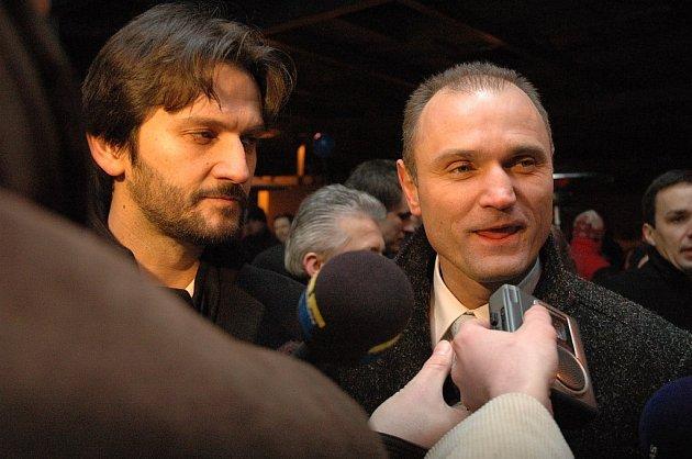 Omluvu a víno zaslal ministr vnitra Slovenské republiky Robert Kaliňák (vlevo) správci Valašského království Tomáši Harabišovi.