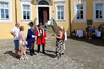 Letošní sezonu zahájili na zámku v Bílovci křtem nové knihy kastelána Eduarda Valeše a vernisáží obrazů Rosany De Montfort.