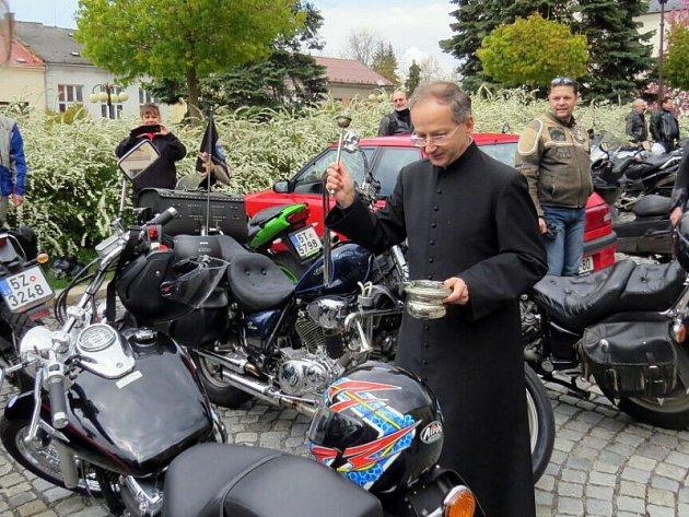 Kolem pěti desítek motorkářů se objevilo v sobotu v pravé poledne v Bílovci, aby se tam v kostele svatého Mikuláše zúčastnili požehnání a na Slezském náměstí následného žehnání motorek, které provedl bílovecký farář Lumír Tkáč.