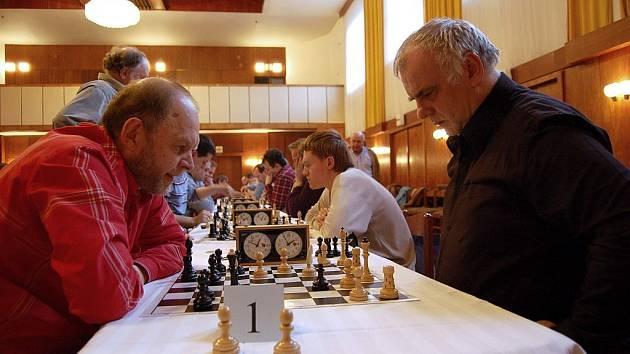 Sergej Vesselovský (vlevo) z karvinského Jäklu zvítězil v prvním ročníku Novoroční ceny města Bílovce v šachu.