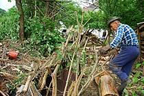 Obyvatelé Žiliny a Životic u Nového Jičína odstraňují rozsáhlé škody, které napáchla povodeň v noci na čtvrtek 25. června.