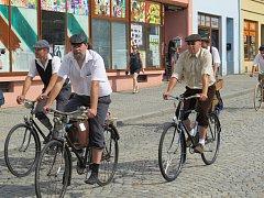 Již podeváté vyrazili milovníci historických bicyklů v dobovém oblečení na vyjížďku po okolí Bílovce.