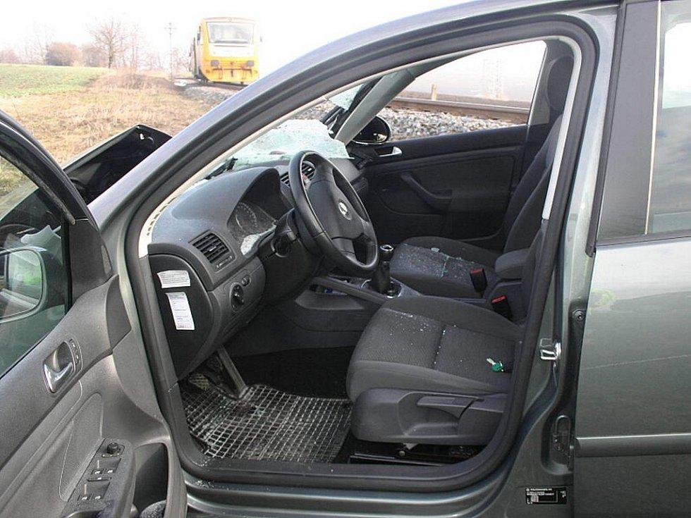 Z nehody vyvázl nejhůře Volkswagen Golf.