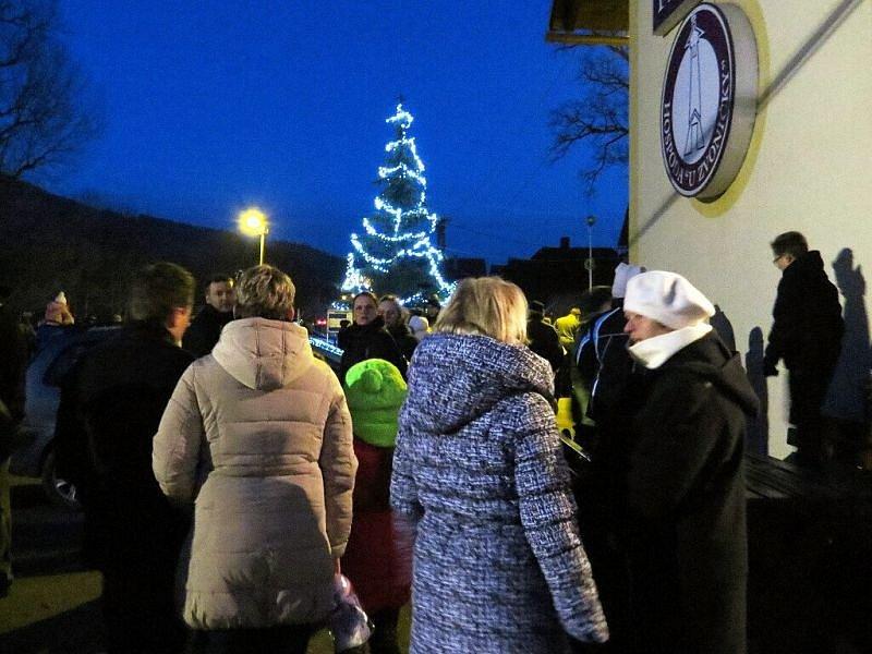 Takto to vypadalo v sobotu v pozdní odpoledne při rozsvícení vánočního stromu v Jakubčovicích nad Odrou.