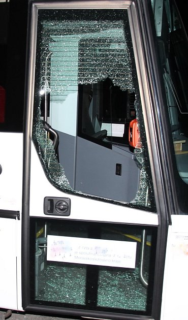 Škoda  na autobusu je přibližně 30tisíc korun.