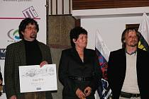 Cenu si do Prahy přijeli převzít zástupci města Radim Kravčenko, Dagmar Sazovská a manažer projektu Tomáš Harabiš.