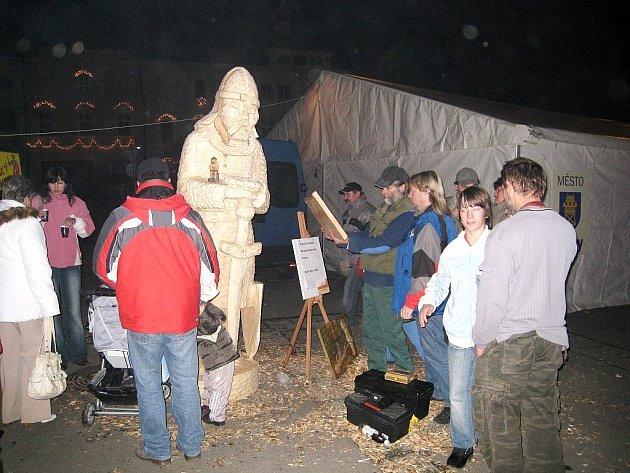 Zhruba dva a půl metrů vysoká dřevěná socha vy těchto dnech zdobí vestibul radnice v Odrách. Socha vznikla při nedávném vánočním jarmarku v Odrách.